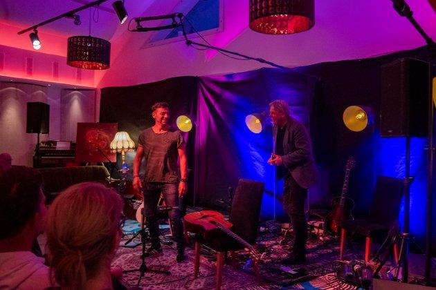 Det er to år siden sist  Hot Club de Norvège spilte i Mosjøen. I kveld ønsket innehaver av Studio-Nord Fred Endresen , Jon Larsen og resten av bandet velkommen tilbake.