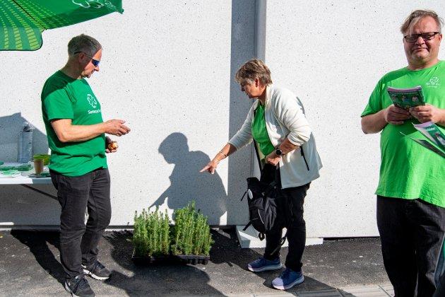 Hjelper det å dele ut små granplanter i valgkampen for å bli den neste ordføreren i Vefsn? Kan Berit Hundåla bli den første kvinnen fra Sp som får styre de neste fire årene. Det gjennstår å se. Godt valg!