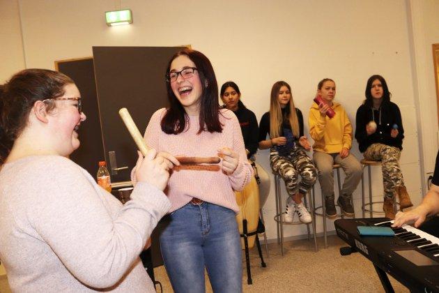 """""""Ta me tebake"""" heter det når  elever fra Kippermoen ungdomsskole og musikklinja ved Mosjøen videregående skole inviterer til konsert på ungdomsskolen 13. februar. De øver hele helga og her er det Sara Nersund og Ida Gjerstad som gleder seg over herlige rytmer."""