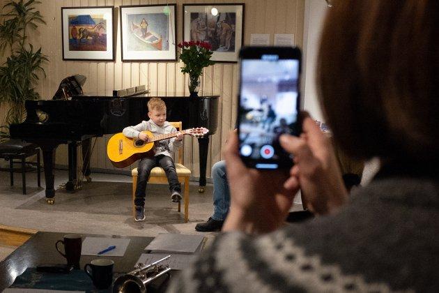 Håvard S. Toresen spilte Bjørnen sover, og fikk sin debutt på scenen foreviget på video.