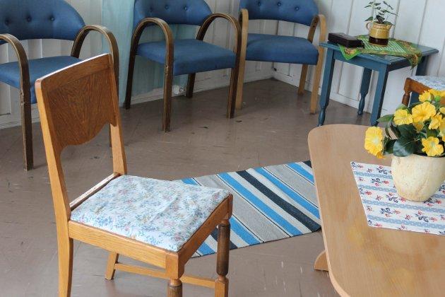 I gangen på Norlandssenteret har hobbystua bidratt med flere møbler. Her er blant annet en stol som Siw Olaisen har trekt om.
