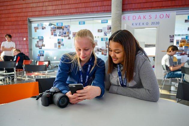 KVEKO-Redaksjon: – I dag har vi vært på landbruksskolen der noen fra skolen hospiterer. De kjører traktor og holder på med hest og vi var der og rapportere. Det er er artig å være del av redaksjonen. På den måten får vi med oss litt av alt som skjer under KVEKO. Dette er en uke vi kommer til å savne når vi begynner på videregående, sier Mia Nyland (15) og Lea Maria Heli (15) som har ansvar for å poste bilder på Instagram.