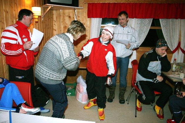2006: Petter Sund fra Trofors vant klassen 12 år. Her får han premie av Elin Abelsen. T.v. Tor Arne Sveli, t.h. Arne Ove Holmen
