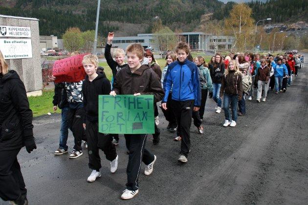 Elever i 9. klasse på Kippermoen ungdomsskole gikk frihetsmarsj til  minne om krigen. 2008