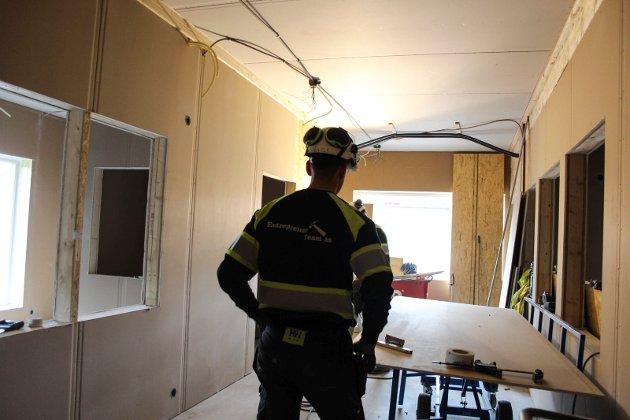 - De tekniske underentreprenørene er fra Mosjøen, sier Guttorm Aasvold. Her ser du blant annet en ansatt i EntreprenørTeam AS som jobber innvendig på byggeplassen.