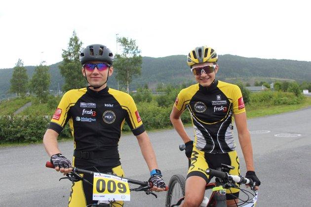 - Dette blir artig, sier Martin Solhaug Hansen (høyre). Tidligere i år har han syklet Norgescup på Skogn, og skal delta i NM om to uker.  - Jeg har knapt sykla i år, så det er for sent å trene meg opp til NM nå, supplerer Sverre Einrem. 17-åringene startet begge på den lengste løypa til Mosjøen grus kl. 11, men hadde forskjellige ambisjoner.  - Det er bra forhold med medvind tilbake igjen på asfalten. Jeg tipper på rekord, sier Hansen.  - Jeg håper bare jeg kommer i mål, helst med begge hjulene, sier Einrem.