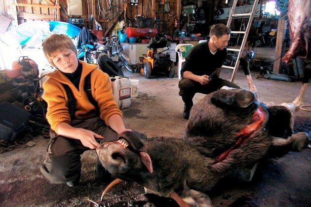 Ruben Lindseth (13) opplevde noen spennende minutter på post sammen med pappa Arne da elgoksen vandret inn i siktelinjen, under elgjakta i 2004.