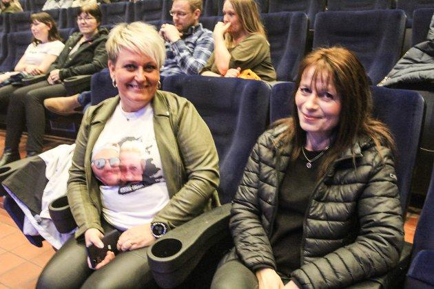 Marianne Dalheim (til venstre) fra Brønnøysund kjørte derfra for å dra på konsert med Adrian Jørgensen og besøke venninna Helene Fagereng. Her viser Dalheim fram t-skjorte med bile av henne og Jørgensen. - Jeg er stor fan, og måtte hit på konsert, så nå har jeg kjørt gjennom vær og vind for det, sier Dalheim og referer til snøfokket lørdag. Hun forklarer hva hun liker så godt med artisten. - Han er flink og jordnær, og har så fine tekster. Det handler mye om å ta vare på hverandre. Han snakker mye om det og det tror jeg er viktig for publikum. Han tar ikke seg selv så høytidelig, men er en godgutt fra Bindal. Jeg digger han, sier Dalheim, og røper at hun har vært fan siden bindalingen deltok på The voice i 2013. Det er uvant for venninnene å være på konsert. - Da jeg begynte å si til folk at vi skulle på konsert spurte de nærmest om det var lo. Hæ? Hehe. Jeg tror det er bra å komme seg ut når det skjer noe, for det har vært så mye nedstengning, vi har godt av det, sier Dalheim.