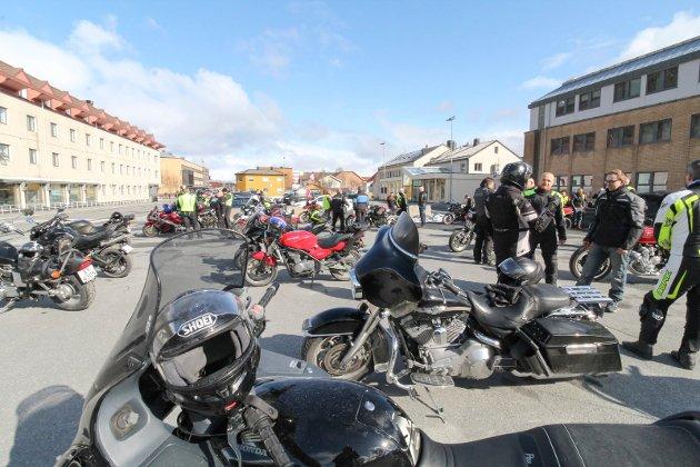 Motorsykler og biler kjører fast i kortesje på 1. mai. I år var det 60 sykler og like mange biler