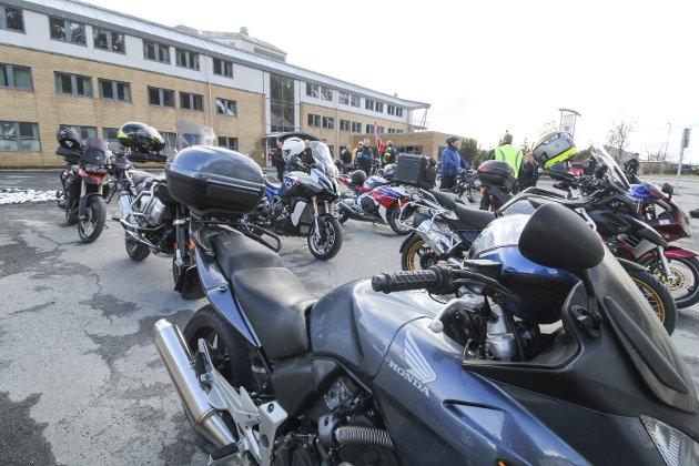 SAMLING: Motorsykler og biler kjører fast i kortesje på 1. mai. I år var det 60 sykler og enda flere biler.