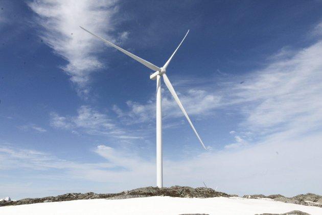 FERDIG UTVENDIG: To turbiner er ferdig utvendig i anlegget til Øyfjellet Wind AS. Det er stor aktivitet i utbyggingen av vindkraftanlegget, og slik er situasjonen 3. juni 2021. Denne turbinen på ELV 17 er ferdig montert, og arbeidet startet på 17. mai.