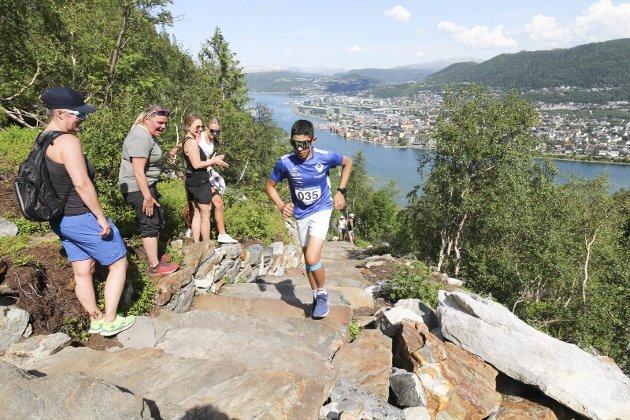 PUBLIKUM OG LØPERE: Det var publikum og løpere i skjønn forening i Helgelandstrappa Opp 2021. Her passerer Sebastian Olaisen en gjeng som er på vei ned.