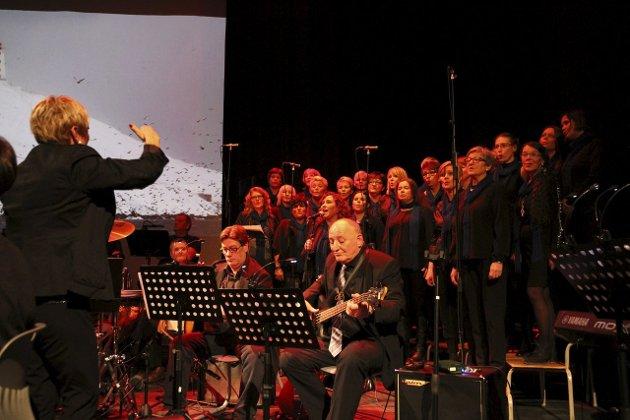 """TO SANGER: Vardø damekor sang """"Finnmark"""" og """"Har du fyr"""", og deltok også på """"Nordaførr vårvisa""""."""