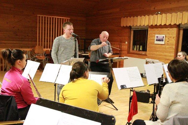 KJØRER GJENNOM: Nå er det bare en generalprøve som står mellom bymusikken og  åpningskonserten til Blues i vintermørket onsdag. Forrige mandag ble det gjennomkjøring av låtene i andre sett. Her ser vi solist Odin Alexander Ramberg og dirigent Hans Stapnes.