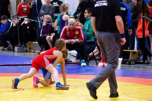 Trener knøttejentene: Når jeg er hjemme bruker jeg å hjelpe til med de minste bryterne i klubben, forteller Signe Marie Fidje Store.
