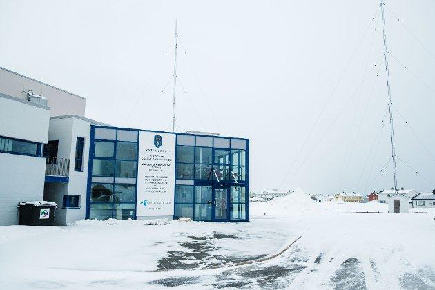 FÆRRE FOLK: Siden 2007 har dette bygget huset Vardø Radio og Vardø sjøtrafikksentral, og siden 2015 også en analyseenhet som Fiskeridirektoratet og Kystverket samarbeider om. Nå har de åtte årsverkene ved tilhørende Vardø Radio blitt borte.