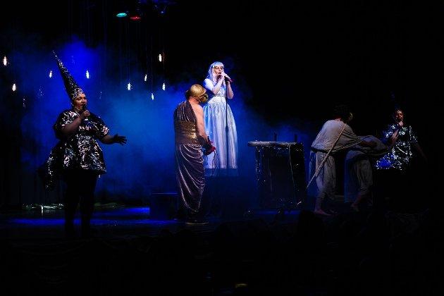 Åpning: I år er det den 37. gangen Jakobselvrevyen vises fram. For anledningen har  Katrhina Basma sydd en kjole som viser at Jakobselv gløder.