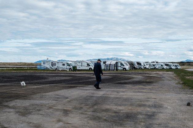 BRUKES SJELDEN: Området som kan bli tomt for nytt hotell, er sjelden i bruk. I sommer var rundt 60 bobiler parkert på området da Norsk Bobilforening hadde treff.