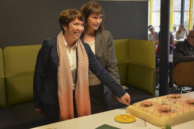 KUTTET KAKA SAMMEN: Mandag 26. juni åpnet Alta-ordfører Monica Nielsen (Ap) og økonomisjef Lill-Gunn Kivijervi hos Finnmarkssykehuset Vestibylebygget.