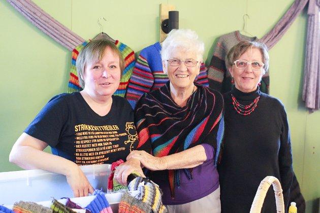 STRIKKEFAMILIE: Helene Abrahamsen (til venstre) har med seg mamma Agnes Stock og svigermor Frida Abrahamsen på marked i Austertana. Mens Agnes kommer fra Vadsø, har de to andre tatt turen fra Bugøynes, og sammen byr de på en rekke ulike strikkeprodukter.