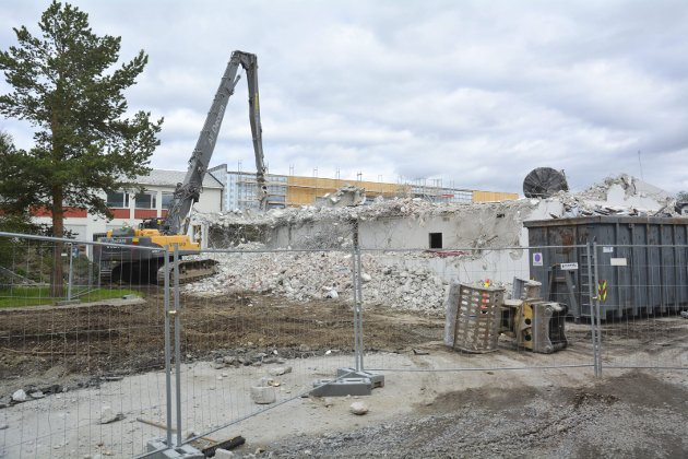 SORTERER AVFALLET: Harald Nilsen AS er i full gang med å rive og bygge opp Alta videregående skole. Det er AF Decom som river bygget.