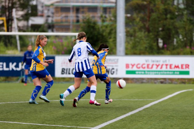 KVARTFINALE: Alta IFs småjenter vant kvartfinalen 5-0 over Skjervøy IKs småjentelag