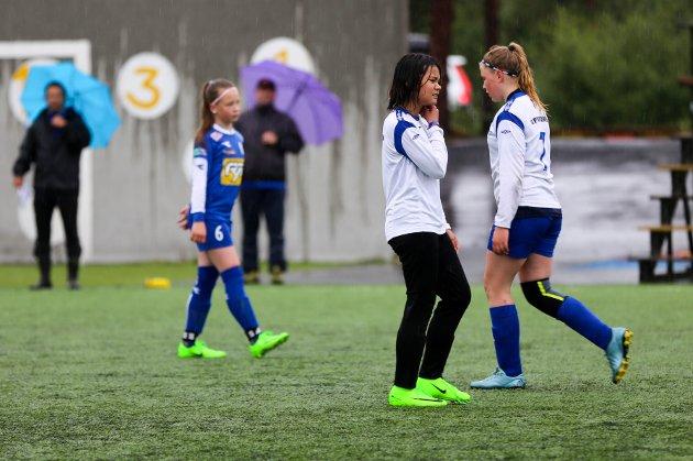 VÅTT: Tross masse regn vil ikke spillerne la seg knekke, men står på som helter. Noen finner muligheten til å plaske seg rundt i dammene.