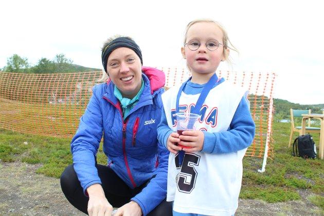 Hedda Robertsen (3) løp sammen med mamma Elisabeth Robertsen.