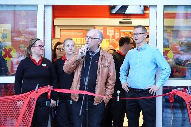 ÅPNET: Styreleder Reidar Johansen, med butikksjef Tone-Merethe Lind (t.v.) og daglig leder i Coop Hammerfest, Runar Eriksen (t.h.).