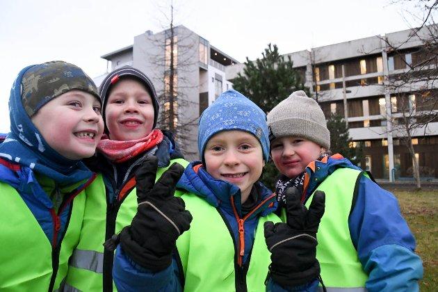 Markus (5), fra venstre, Kornelius (5), Eskil (5) Tobias (4) fra Aronnes barnehage storkoste seg på  Alta-barnehagenes lysmarkering på Alta sentrum onsdag 21. november.