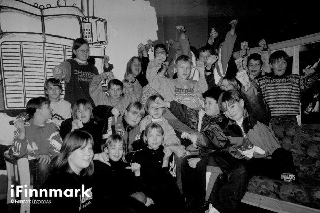 Ungdommene på Dixie Juniorklubb i Rypefjord vender tommelen ned for politikerne. De er mildt sagt skeptiske til nedskjæringer på fritidstilbudet sitt. 12.01.1996.