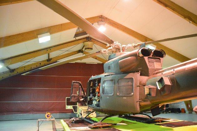 HAR BASE: Mannskapet til Bell-helikopteret bor på Garnisonen i Sør-Varanger, og har kort vei til helikopteret på Høybuktmoen. Men når private operatører tar over 16. juli, må personell innkvarteres et annet sted.
