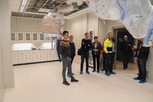 OPERASJONSSTUE: Helge Hansen orienterer om den nye operasjonsstua på klinikk Alta.