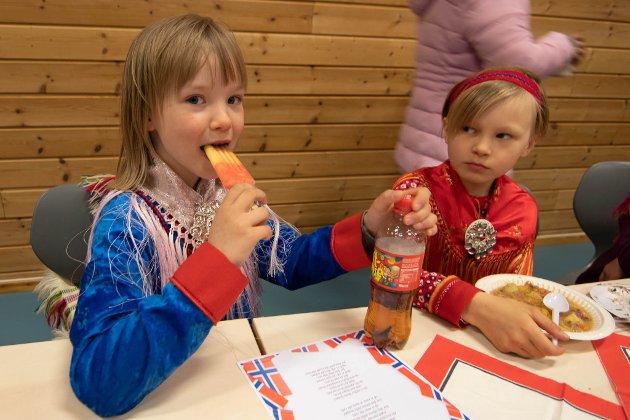 Risten Majja Aasprong (10) koser seg med is, mens Ella Buljo (10) spiser lapskaus.