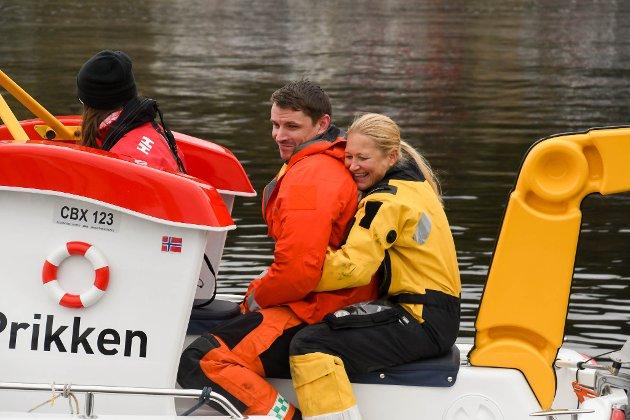 Vinsjoperatør Jeanette Harder-Falck og redningsmann Kim A. Erlandsen på redningshelikopteret Bristow fikk prøve Elias-båten under Maritim dag i regi av Alta sjøredningskorps i Bukta lørdag.