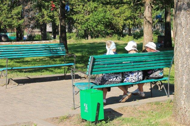 Gode venner hygger seg i parken i Vytegra. Samovarteateret. Bente Andersen, Turid Skoglund, Nikolay Shchetnev, Audhild Andersen og Theresa Holand er ute på reise.