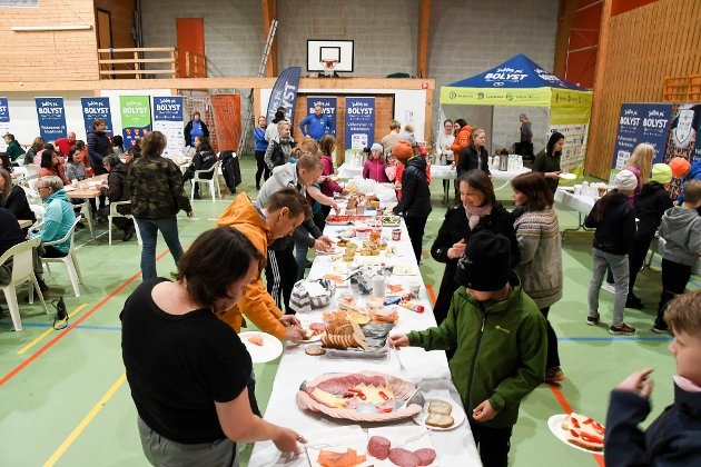 FROKOST: Mandag var det frokost i idrettshallen under bolystuka i Karasjok.