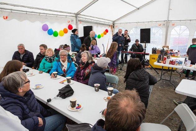 HYGGET SEG: Når det er kaldt ute, er det desto hyggeligere å være inne i teltet.