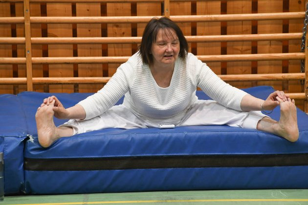 YOGA: Berit Nystad har drevet med yoga siden 1990. Tirsdag morgen ledet hun en yoga-time under Bolystuka i Karasjok.