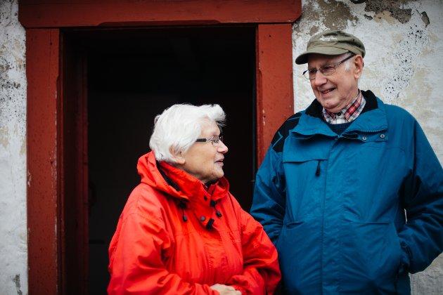 HJEMME IGJEN: Ekteparet Jenny Marie Storenes (82) og Harald Storenes (83) har reist fra Grimstad for å tilbringe deler av sommeren i Vardø. Marie kommer opprinnelig fra Vardø, men for 60 år siden var hjertet hos Harald og Grimstad.