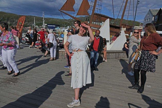 DANSET: Andrea Runesdatter Larsen var blant de som danset i sentrum. – Veldig gøy, veldig fint vær, sier hun.