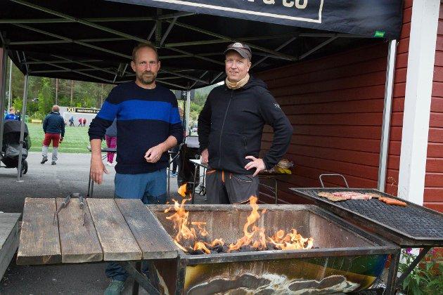 GRILLING: I Tverrelvdalen gikk grillen kontinuerlig hele helgen. Her er det Stig Sønvisen og Terje Isaksen som styrer godsakene.
