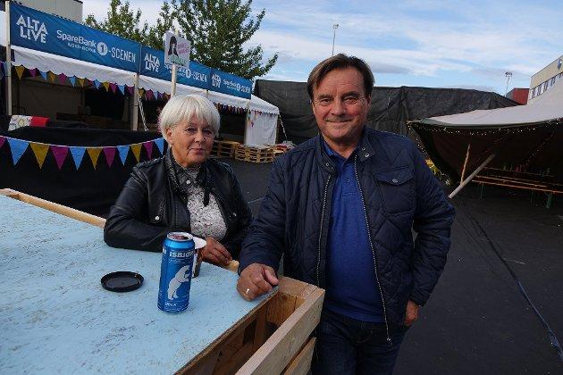- KOSELIG: Janne og Jan Erik Nilsen hygger seg lørdag. - Alta Live er veldig koselig, det er mye som skjer. Det er bra det skjer noe etter at bluesfestivalen ble borte. Vi har også rigga oss til med båt i småbåthavna, forteller de.