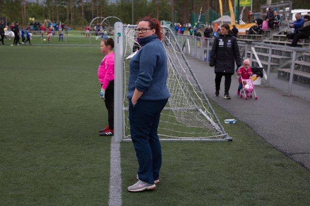 KEEPERHJELP: Ronja Karlsen hjelper datteren Karine Alseth (8) med keeperjobben. Hun spiller på Honningsvåg.