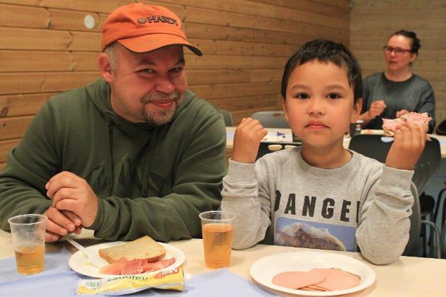 FØRSTEKLASSING: Tom Liam D. Andersen (5) er førsteklassing på oppvekstsenteret i Varangerbotn i år, og har vært skolegutt i halvannen uke. Her sammen med pappa Tommy Andersen.