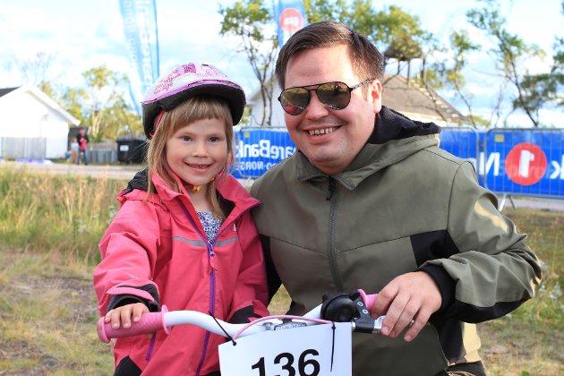 KLAR TIL START: Pappa Anders Mathisen sørger for at Sunná Amelie Risvik (5) er klar til sykkelrittet.