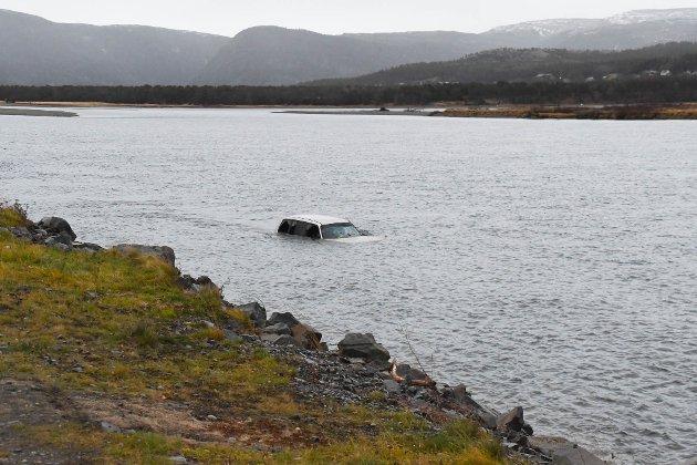 I ELVA: Denne bilen ble fredag observert i Altaelva.