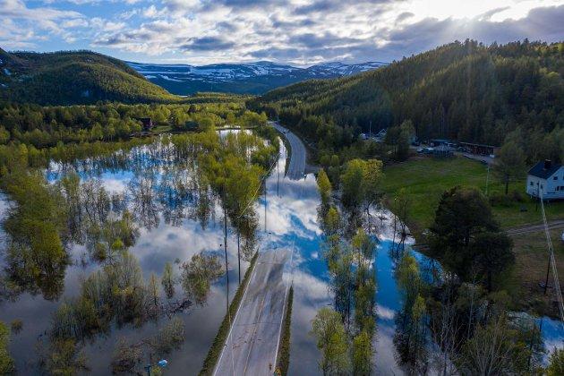 50-ÅRSFLOM: Søndag ettermiddag sendte Porsanger kommune ut SMS til innbyggerne, og advarte om 50-årsflom i Lakselva og Stabburselva. E6 i Skoganvarre ble stengt mandag, da vannet gikk over den. Bildet er tatt tirsdag kveld.