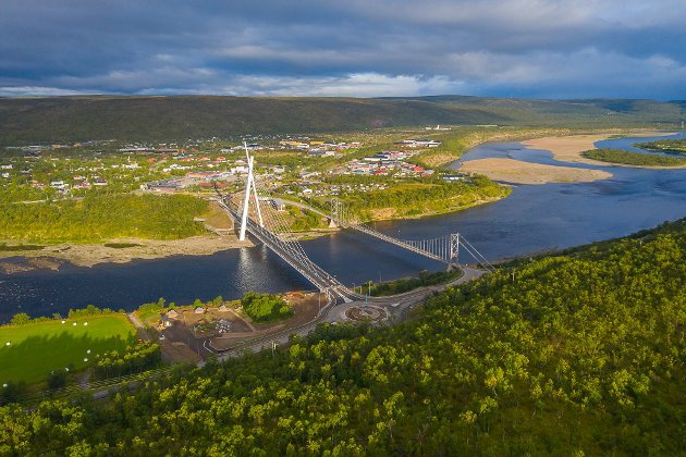 FERDIG: Her ser man den nye broen i Tana ferdig bygd, og ved siden av, er den omstridte gamle hengebroen.