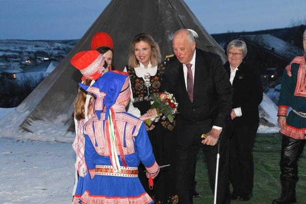 KOM TIL KAUTOKEINO: Kong Harald var til stede da Lappekodisillen ble overført til samisk arkiv på Diehtosiida i Kautokeino. Blomsterbarna Ellen Inger Gaup (12) og  Olav Amund Eira (9) tok imot kongen.